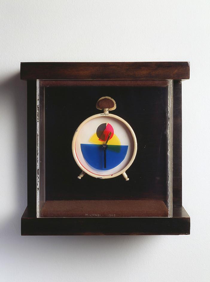 Ora X, 1945 sveglia di metallo smaltato, ∅ 8 cm cornice di perspex e legno, cm 20x20x8